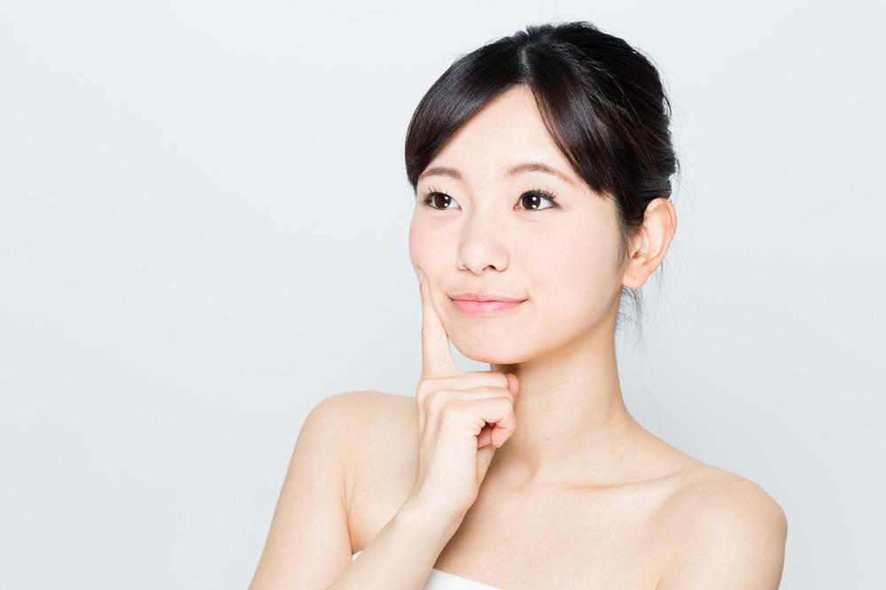 肌荒れを防止する女性