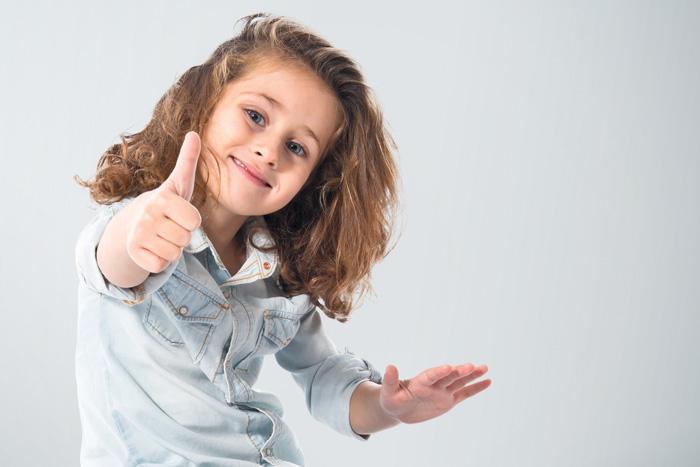 OKサインをする外国の女の子