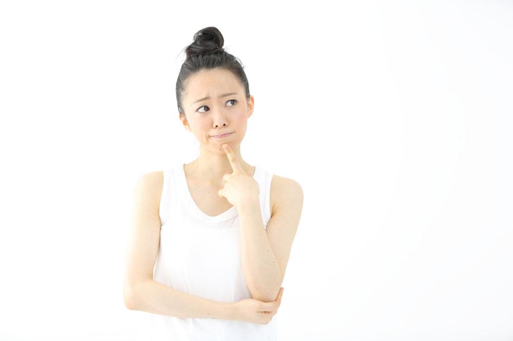 脱毛の痛みについて考える女性