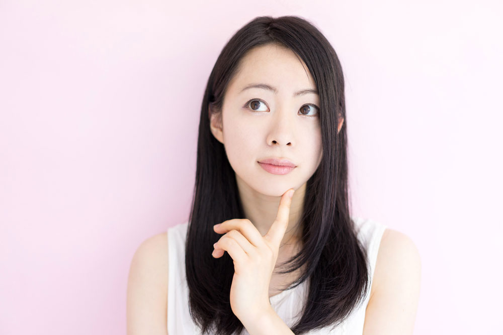 顔脱毛のトラブルについて心配する女性