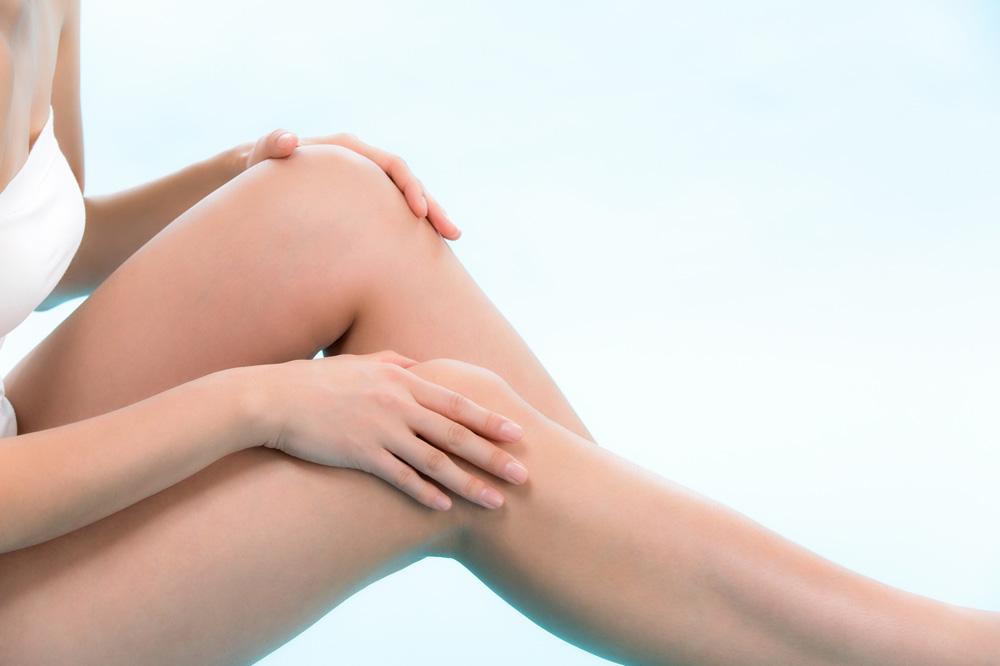 膝をケアをする女性