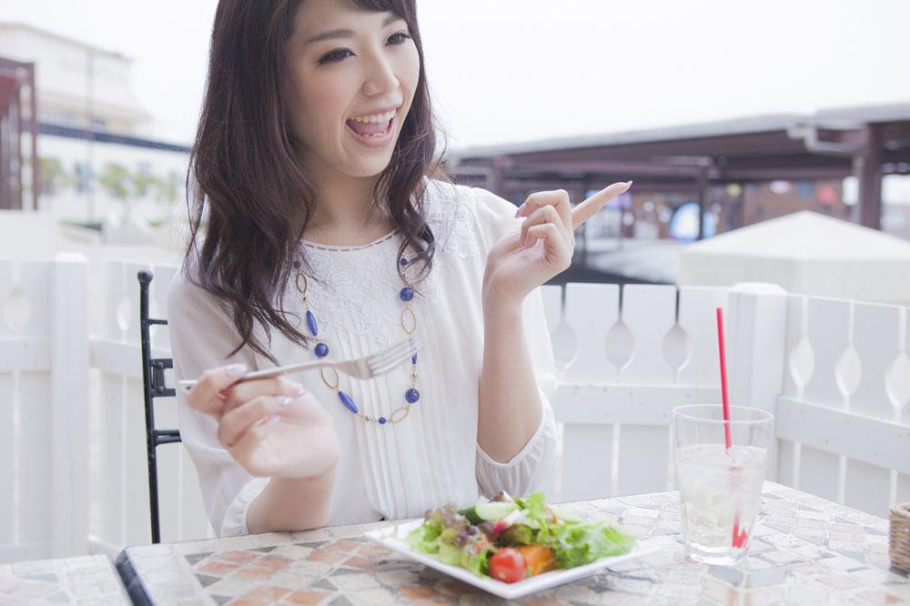 ムダ毛が薄くなる食べ物を食べる女性