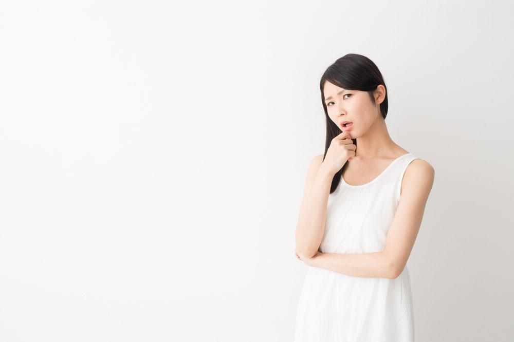 脱毛のデメリットを考える女性