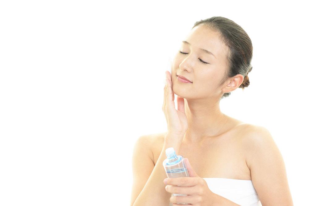 青髭処理をしたあとに化粧水で保湿する女性