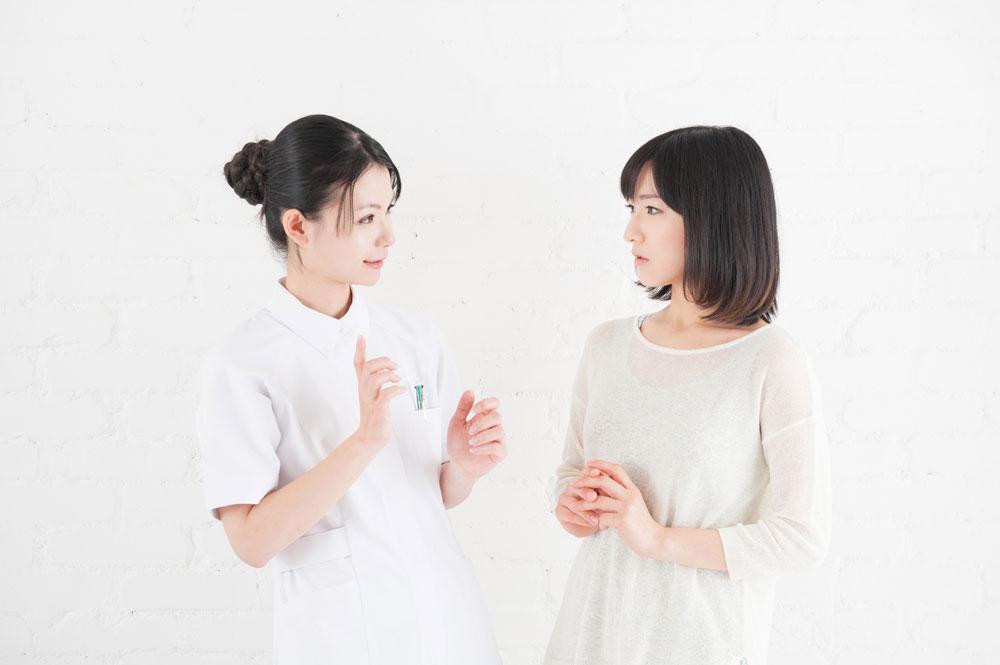 脱毛クリニックの看護師と患者
