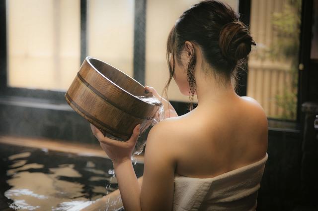 背中のムダ毛処理バッチリの女性