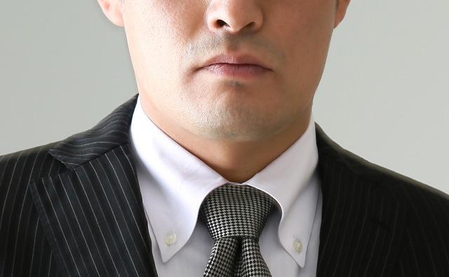 青髭に悩む男性