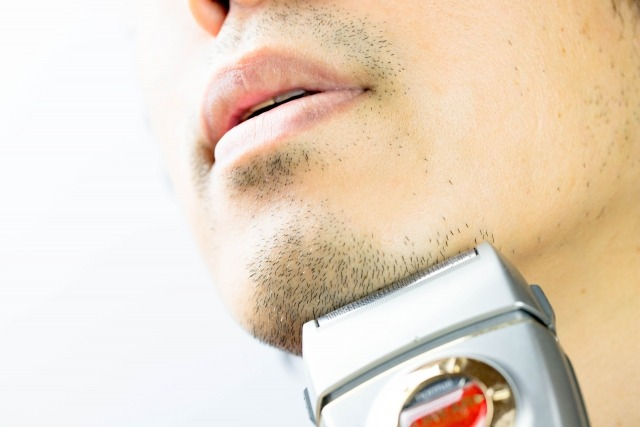 ひげを剃る男性の顔